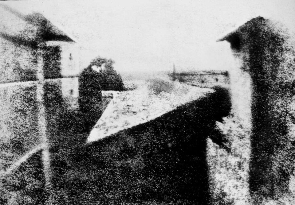 Vista desde la ventana de Le Gras, la primera foto jamás tomada, por Joseph Nicéphore Niépce