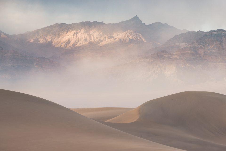 Tarde polvoriento en las dunas de arena mezquitas del Valle de la Muerte