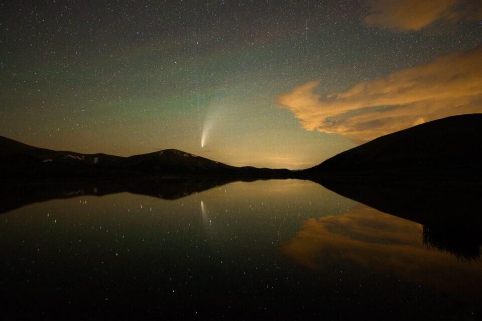 El cometa NEOWISE sobre un lago