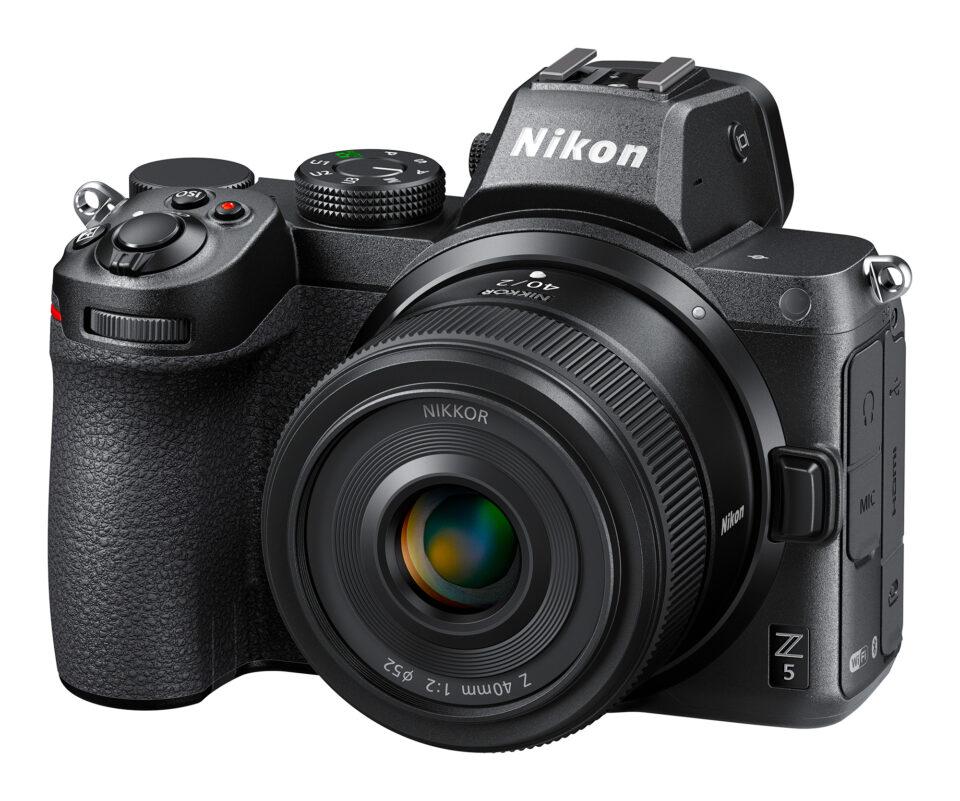 Nikon Z 40mm f2 con foto del producto Nikon Z5